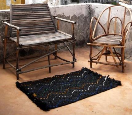 Alfombra tejida con bolsas de plástico a la manera tradicional de la costa swahili que puedes comprar en Afrikable